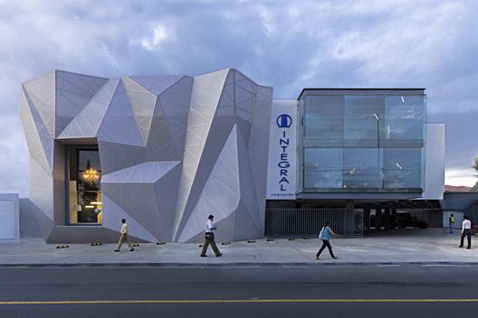Decoración de fachada en sala ventas de lámparas - Edificio integral por Jannina Cabal & Arquitectos