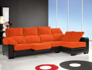 Decorar-sala-con-sofá-color naranja