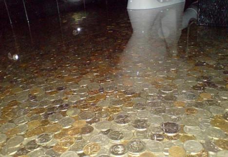 Un piso con un diseño de monedas