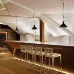 """Escultural pared que llama la atención en """"Nosotros Bar"""" por Estudio Otto Felix en São Paulo, Brasil"""