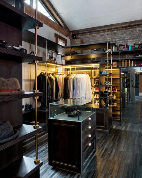 Los estantes muy elegantes y bien diseñados