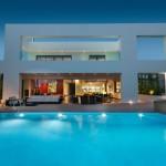 Diseño interior visualmente llamativo en la Residencia Glyfada, en Atenas Grecia