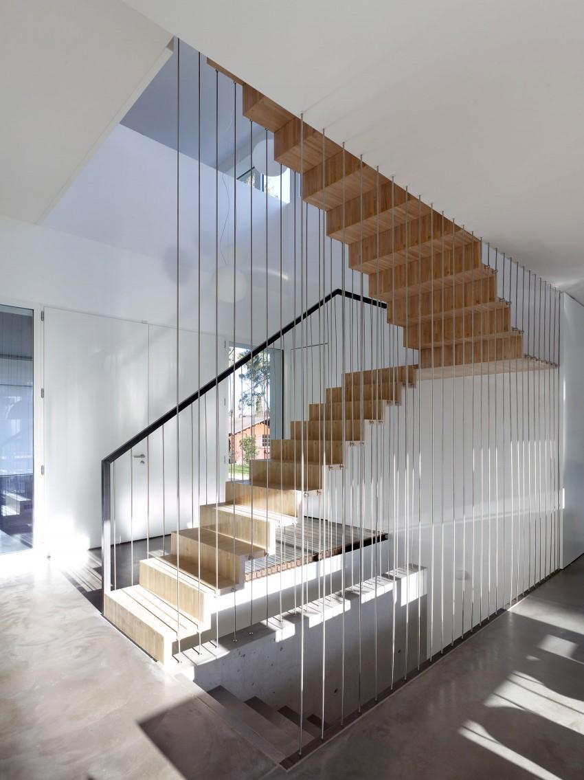 Otra vista de las escaleras suspendidas