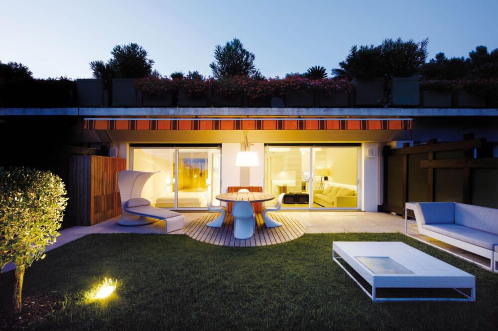 La terraza en al noche y en el exterior