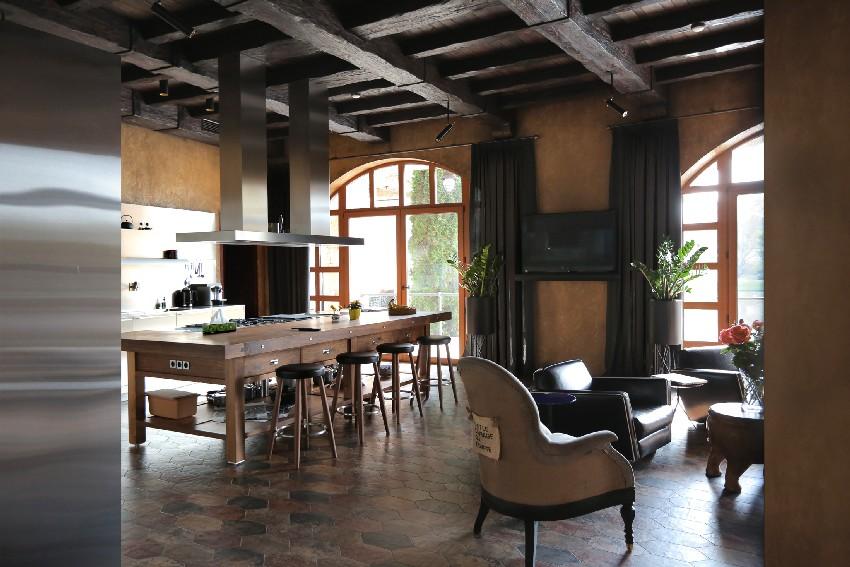 Una vista del comedor, la cocina y las vigas