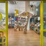 Diseño creativo de madera que une dos tiendas con distintos enfoques