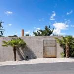 Antiguo bunker de hormigón  ahora abre sus puertas mostrando un hogar lleno de luz