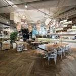 Restaurante dinámico en Ucrania que ofrece una excelente iluminación y decoración con lámparas tipo espagueti