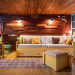 Garaje sencillo en Rumania que ha sido transformado en un salón de ocio como espacio acogedor para la familia