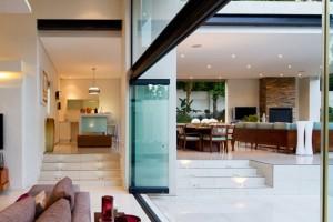 Moderna redecoración en residencia Mosi interiores
