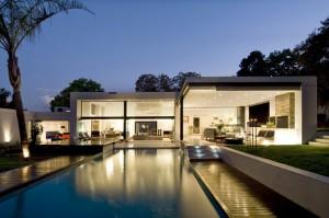 Moderna redecoración en residencia Mosi piscina