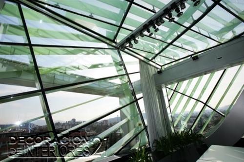 Decoración de interiores de la cámara de comercio de Eslovenia utilizando estructuras y plantas (3)