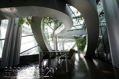 Decoración de interiores de la cámara de comercio de Eslovenia utilizando estructuras y plantas (4)