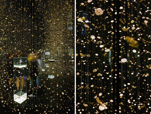 Decoración con elementos colgantes en la exposición del tiempo congelado de CITIZEN