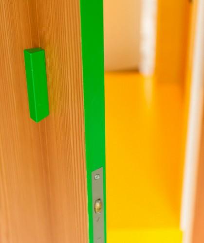 Colorido apartamento en colores citricos camas en la pared (1)
