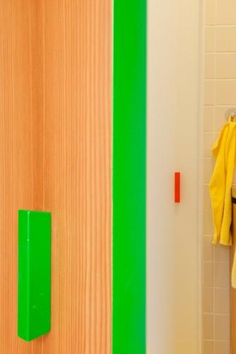 Colorido apartamento en colores citricos camas en la pared (10)