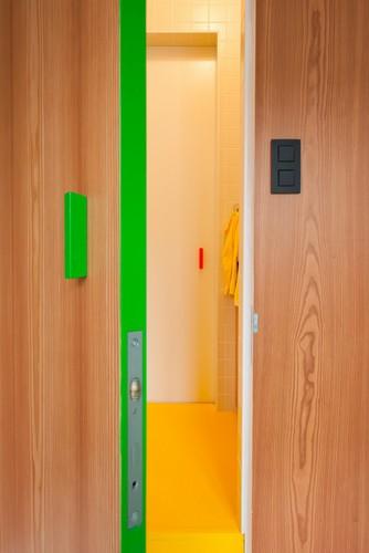 Colorido apartamento en colores citricos camas en la pared (11)