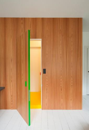 Colorido apartamento en colores citricos camas en la pared (12)