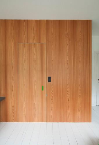 Colorido apartamento en colores citricos camas en la pared (13)