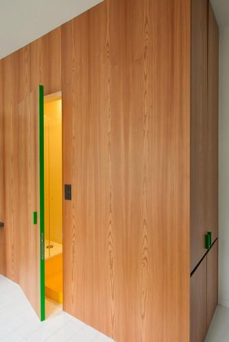Colorido apartamento en colores citricos camas en la pared (14)