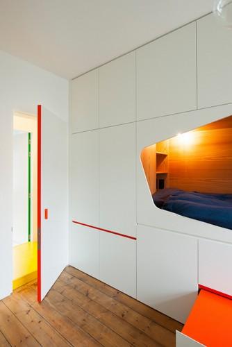 Colorido apartamento en colores citricos camas en la pared (3)