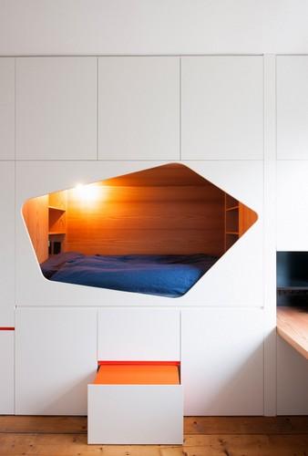 Colorido apartamento en colores citricos camas en la pared (4)