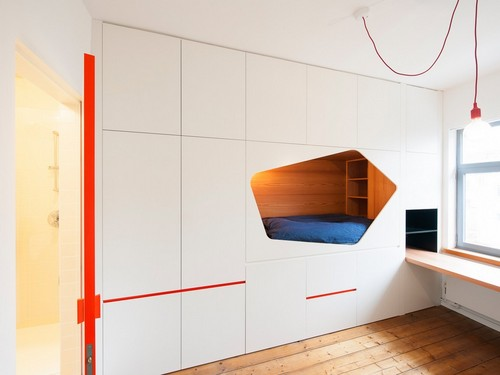 Colorido apartamento en colores citricos camas en la pared (5)