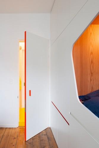 Colorido apartamento en colores citricos camas en la pared (7)