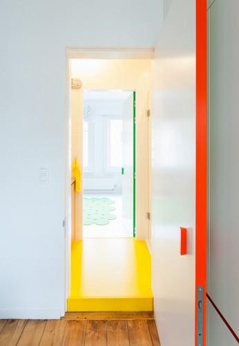 Colorido apartamento en colores citricos camas en la pared (8)
