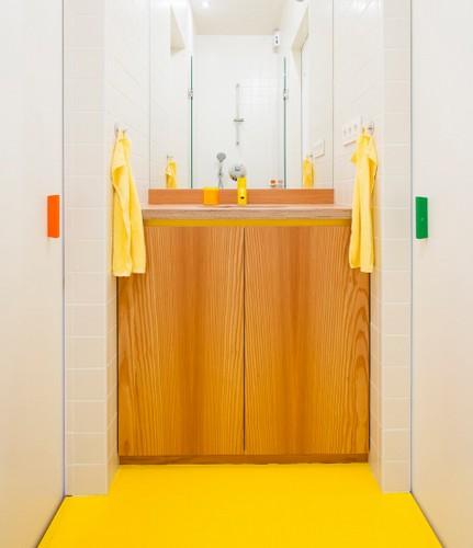 Colorido apartamento en colores citricos camas en la pared (9)