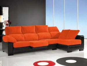 Decorar-sala-con-sofá-color naranja