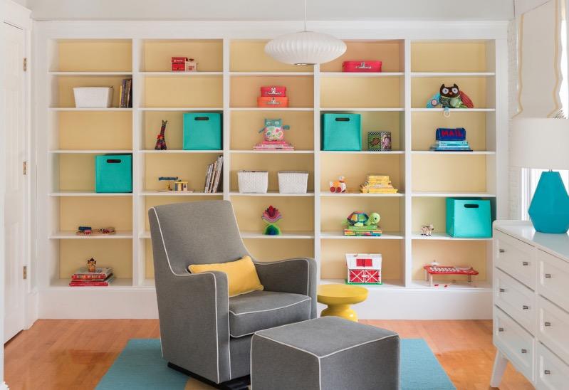 un estante colorido para el bebé
