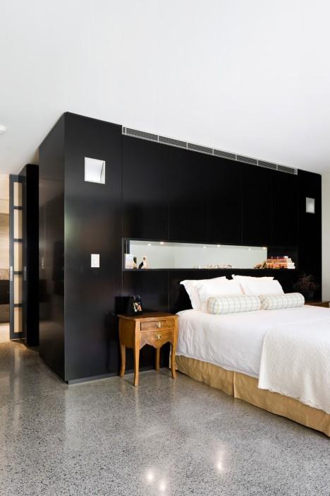 Una habitación con un bello piso y bien dividida