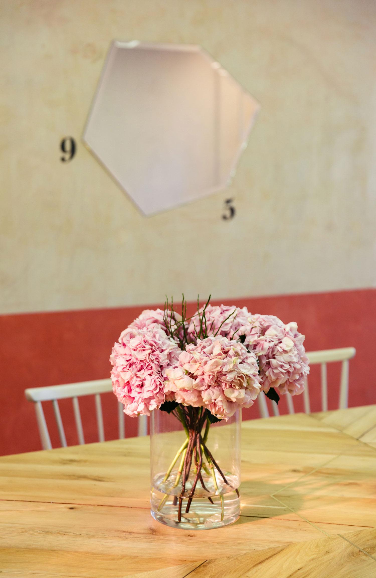 Mas cerca de la mesa y el florero
