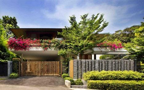 La casa es grande y tiene espacios abiertos y muy verdes