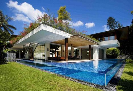 La casa con su moderna piscina