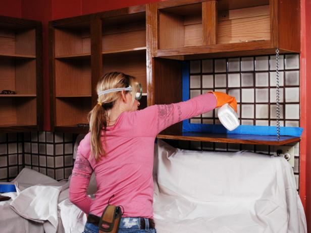 La primera mano de pintura es aplicada