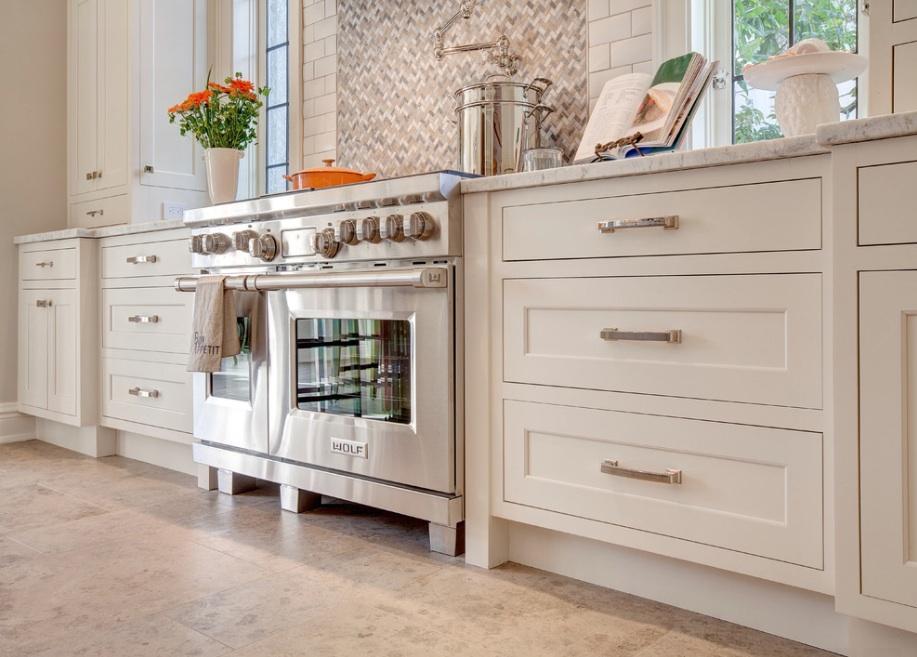 un  cocina blanca  y bien decorada
